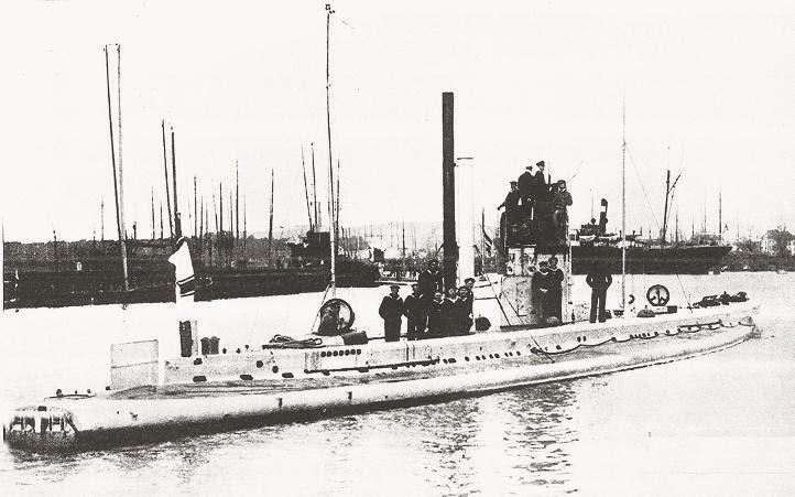 GROßE ZUKUNFT: Petroleumboot U 9 im Hafen von Swinemünde im Jahr 1913. Das Boot wird das berühmteste der U-Bootwaffe werden. (Foto: Sammlung Jörg-M. Hormann)